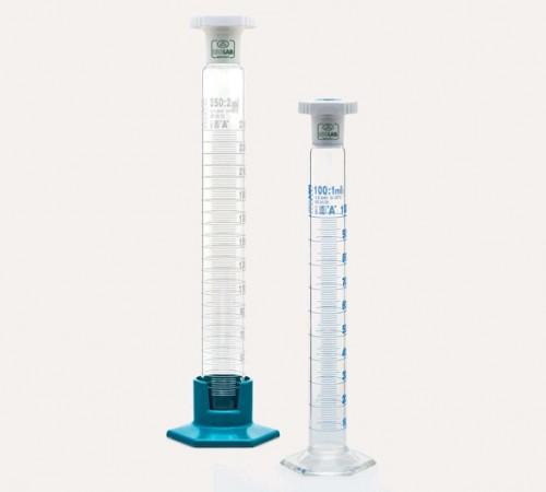 Ống đong thủy tinh đế nhựa vạch trắng 25ml 015.06.025 Isolab